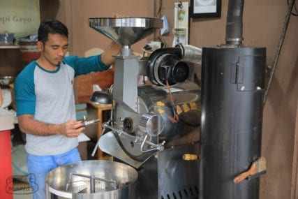 roasting coffee in takengon sumatra
