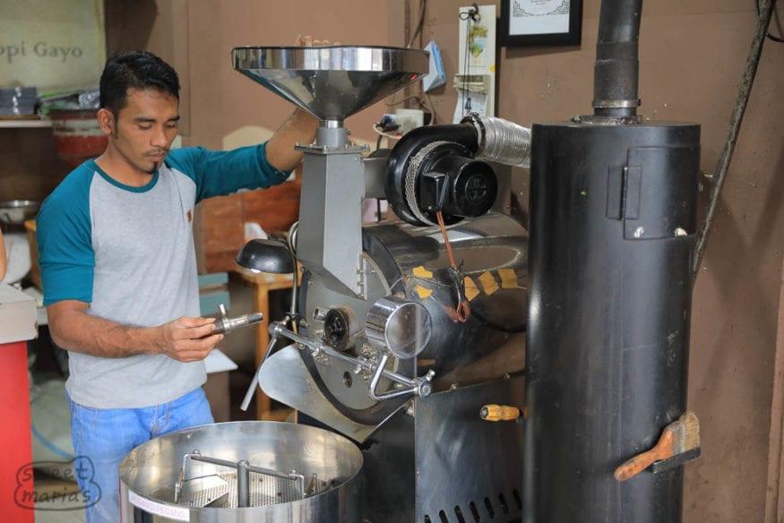 roasting coffee in takengon sumatra